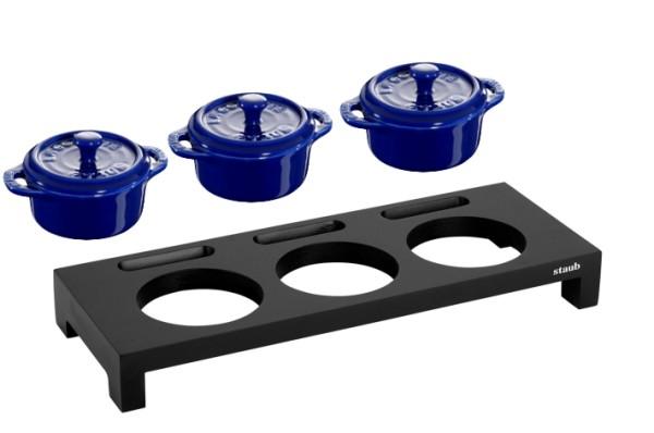 Staub Servierbrett Schwarz mit 3 Keramik-Cocottes Blau